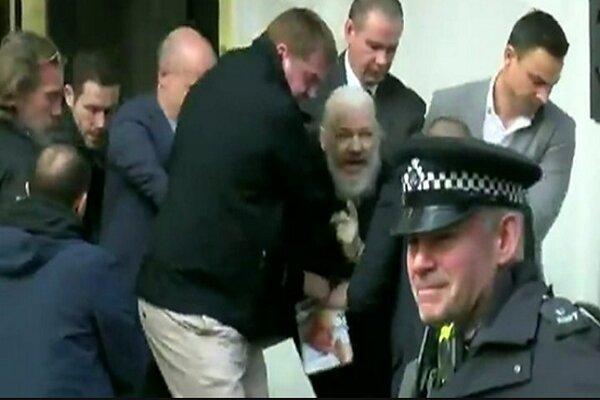 انگلیس آسانژ را به 50 هفته زندان محکوم کرد