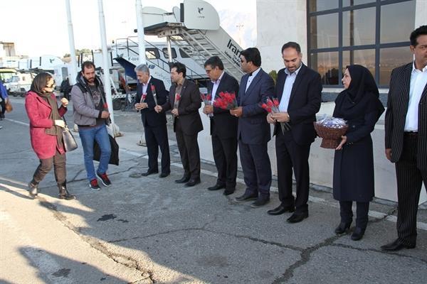 استقبال از اولین مسافران نوروزی در فرودگاه کرمانشاه