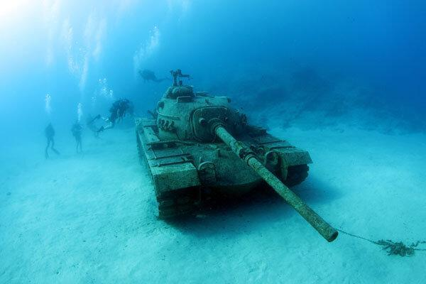 عکس روز: تانک زیر آب در تفریحگاه ساحلی