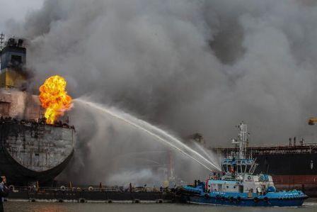 خبرنگاران آتش سوزی در تانکر نفتی اندونزی 22 زخمی برجا گذاشت