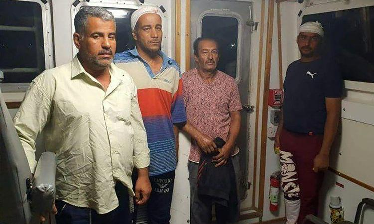 (عکس) نخستین تصویر از نجات یافتگان شناور غرق شده ایرانی
