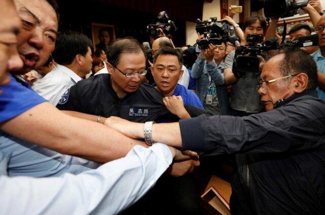 اپوزیسیون تایوان مجلس را به اشغال خود درآورد