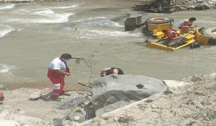 (عکس) مفقود شدن راننده لودر پس از سقوط در رودخانه چالوس